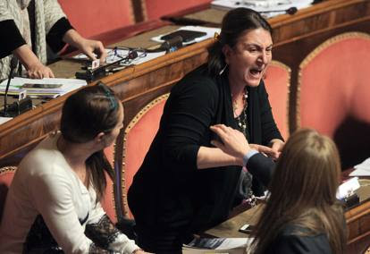 Caso banche, mozioni di sfiducia al Senato Istantanee di voto e proteste