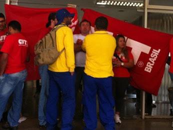 Funcionários dos Correios em greve fecham sede da empresa no DF (Foto: Willian de Farias/G1)