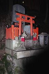 mini kitsunes en un templet