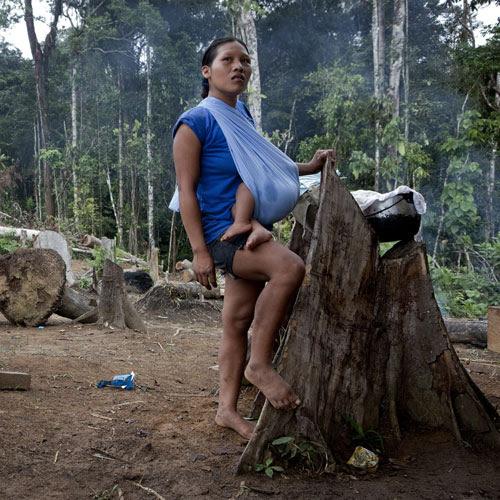 A Waorani woman with baby in Yawepare