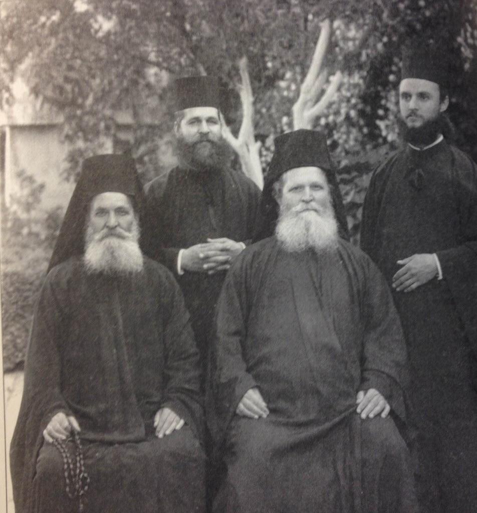 Οι αυτάδελφοι Γέροντες Ιγνάτιος αριστερά) και Βασίλειος καθήμενοι) και οι διάκονοι Ιωάσαφ και Αγαθάγγελος όρθιοι)