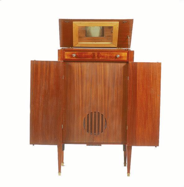 http://img.aws.la-croix.com/2014/07/04/1174614/Mobilier-comprenant-recepteur-television-tube-cathodique-1935_0_730_600.jpg