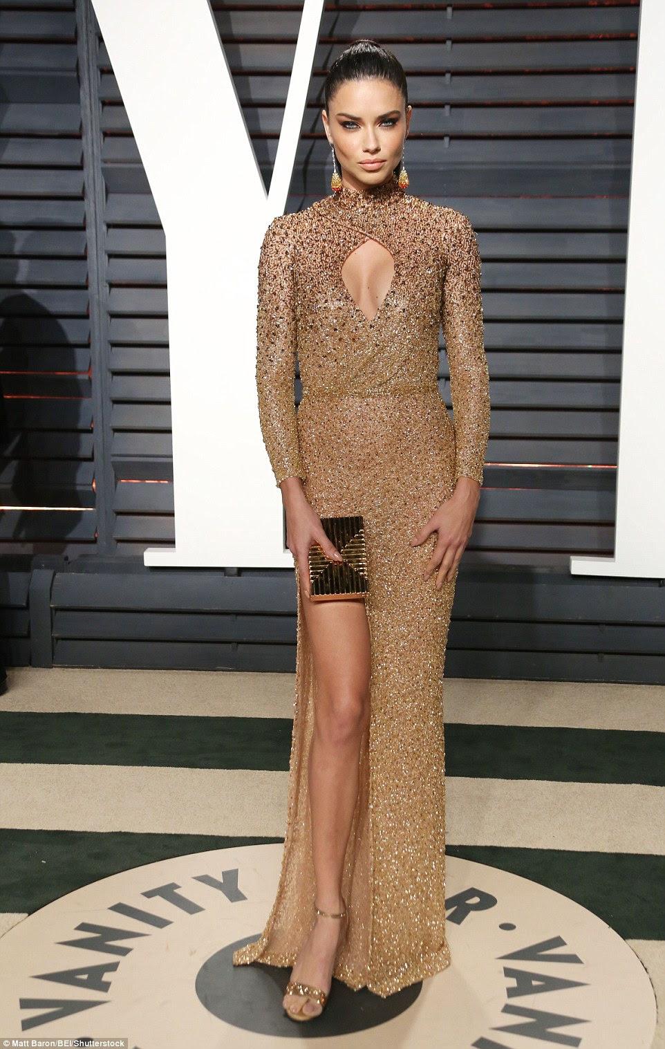 Golden girl: Adriana Lima parecia incrível em um vestido apertado ouro com um buraco da fechadura