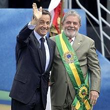 Os presidentes Nicolas Sarkozy e Luiz Inácio Lula da Silva assinam acordo na área militar