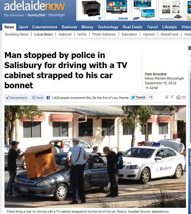 Homem foi parado pela polícia levando rack de TV em cima do capô do carro. (Foto: Reprodução)