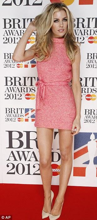 Como é doce: Nicole Scherzinger estava linda neste vestido de limão, enquanto Abbey Clancy optou por um número de estilo sixties rosa