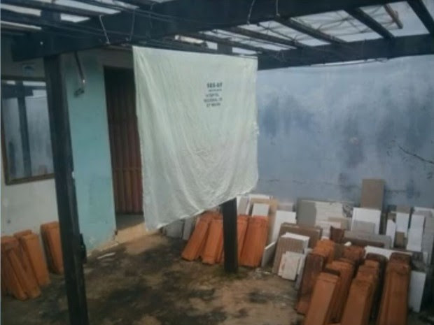 Lençol de hospital em Santa Maria, no Distrito Federal, aparece estendido em quintal de casa (Foto: TV Globo/Reprodução)