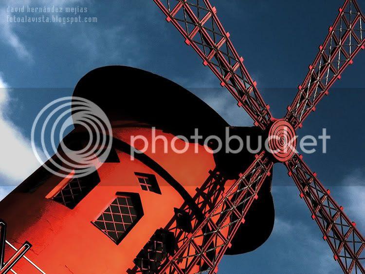 Detalle en contrapicado del hipnótico y legendario Moulin Rouge de París (Francia)