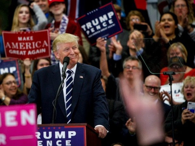 : Le candidat présidentiel républicain Donald Trump parle lors d'un rassemblement à l'Académie chrétienne de porte ouverte le 28 octobre 2016, à Lisbonne, dans le Maine.