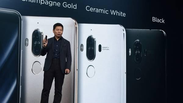 En un espectacular acto en Múnich, Alemania, el presidente de la compañía Richard Yu presentó el celular Huawei  Mate 9.   / AFP PHOTO / CHRISTOF STACHE