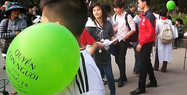 Giới trẻ chào mừng Ngày Quốc tế Nhân quyền tại Saigon - Hình Dân Làm Báo