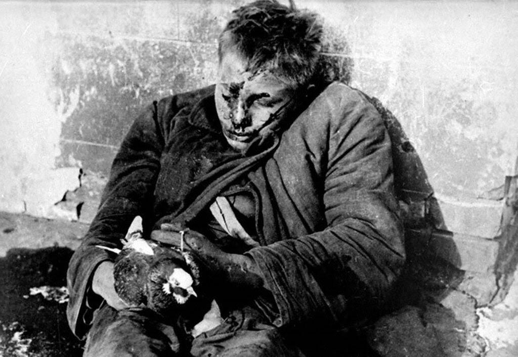 Убитый мальчик Витя Черевичкин с голубем в руках.   Ростов-на-Дону.