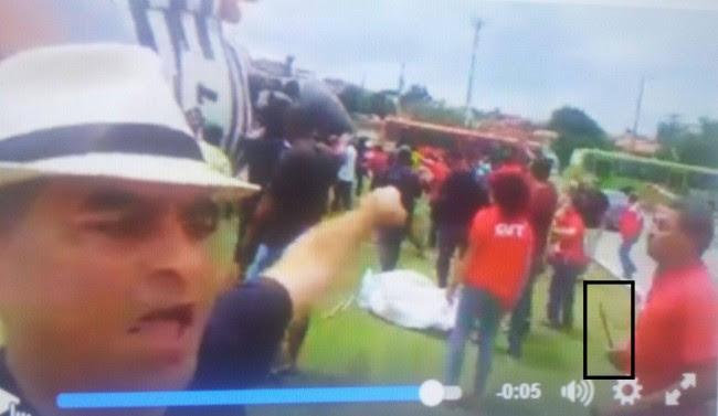 Imagem mostra petista com objeto cortante na mão