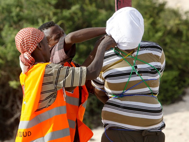 Jornalista somali Hassan Hanafi, ligado aos insurgentes islamitas radicais shebab, foi executado nesta segunda-feira (11) por ter organizado o assassinato de cinco de seus colegas entre 2007 e 2010 (Foto: Farah Abdi Warsameh/AP)