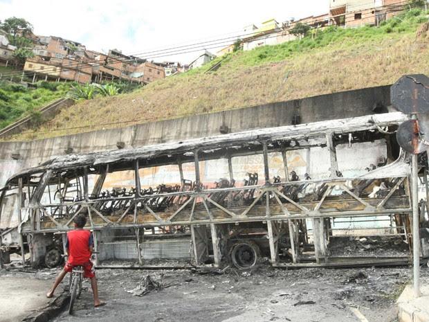 Ônibus queimado no Aglomerado da Serra (Foto: Eugênio Moraes/Hoje em Dia/Estadão)