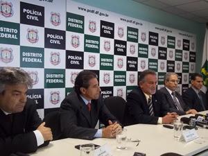 Onofre Moraes (centro) se despede da Polícia Civil com apoio dos diretores da corporação (Foto: Naiara Leão/ G1)