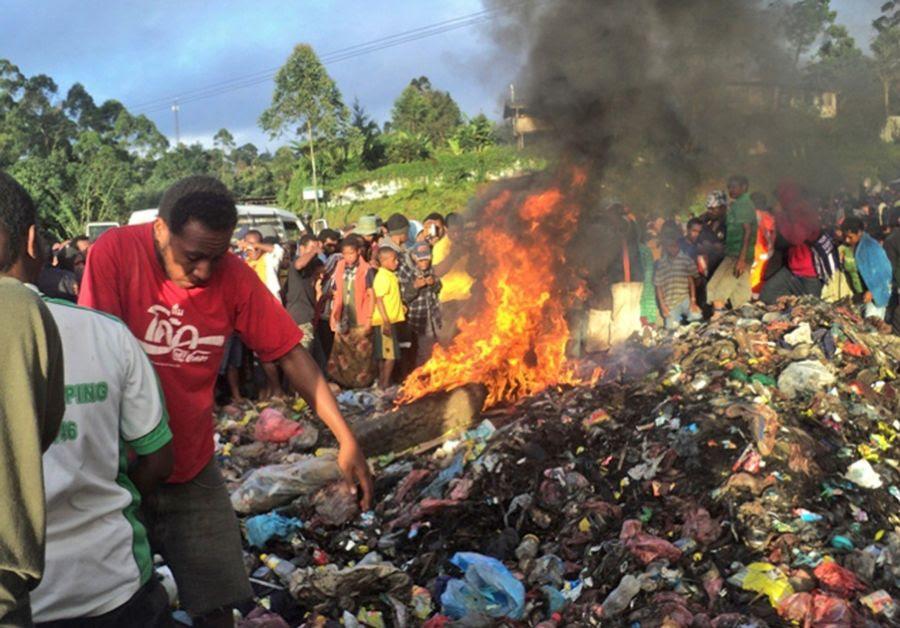 Kepari Leniata foi torturada antes de ser queimada em um fogueira / AFP PHOTO