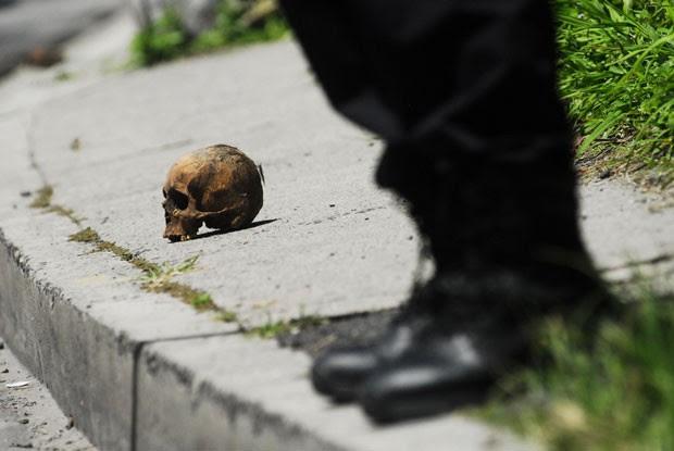 Um crânio humano foi encontrado na quarta-feira (24) em uma estrada movimentada perto de San Salvador, capital de El Salvador (Foto: Ulises Rodriguez/Reuters)