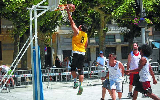 El torneo de basket a tres se jugará en la plaza del Ensanche./