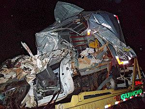 Dois morrem após caminhão bater em carreta atravessada na pista, diz PRF (Foto: Divulgação/PRF)
