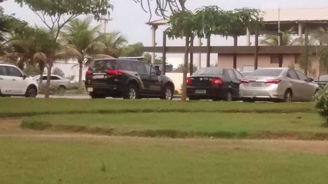 Carro da Polícia Federal no pátio da Pelicano (Foto: Kaique Dias/ CBN Vitória)