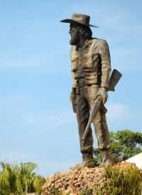 Estatua hecha en bronce por la escultora Thelvia Marín que se encuentra en Museo Nacional Camilo Cienfuegos.