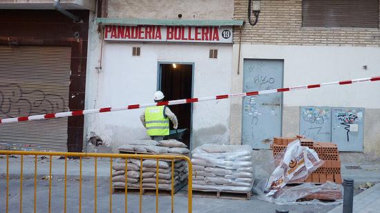 Local donde se realizan las obras de acondicionamiento que ha puesto al descubierto el mal estado de los pilares. (© Foto: L. HERRERA / Vallecasweb)