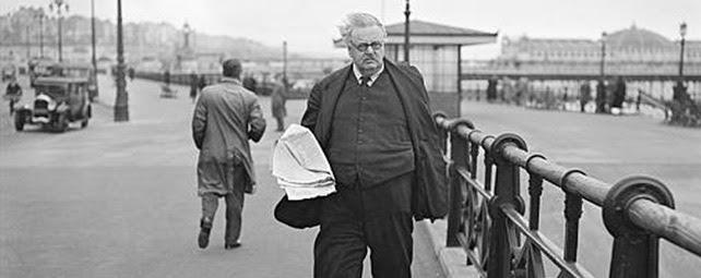 G. K. chesterton.  El escritor inglés , creador del Padre Brown, durante un paseo por Brighton en 1935. AP