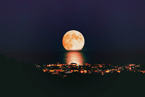 illwaitforyouevenifitsforever:  Why has the moon been like this lately?