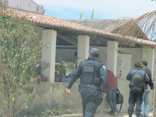 Policiais cumpriram mandado de busca e apreensão na cas do ex-prefeito de Tenente Laurentino Cruz  (Foto: Marcos Dantas/Blog do Marcos Dantas )