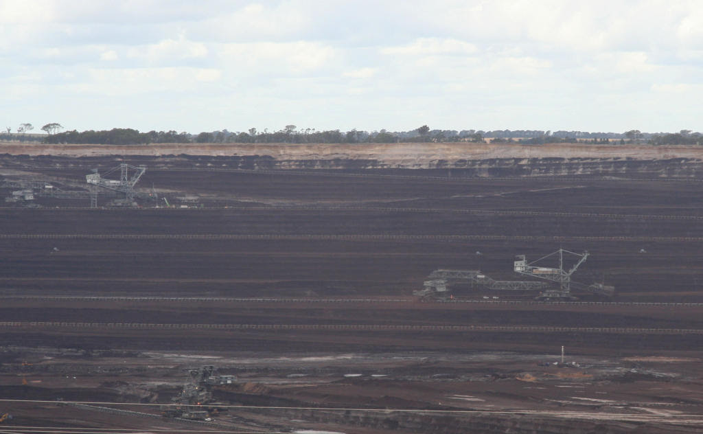http://upload.wikimedia.org/wikipedia/commons/0/02/Loy_Yang_open_cut_brown_coal_mine_and_dredgers.jpg