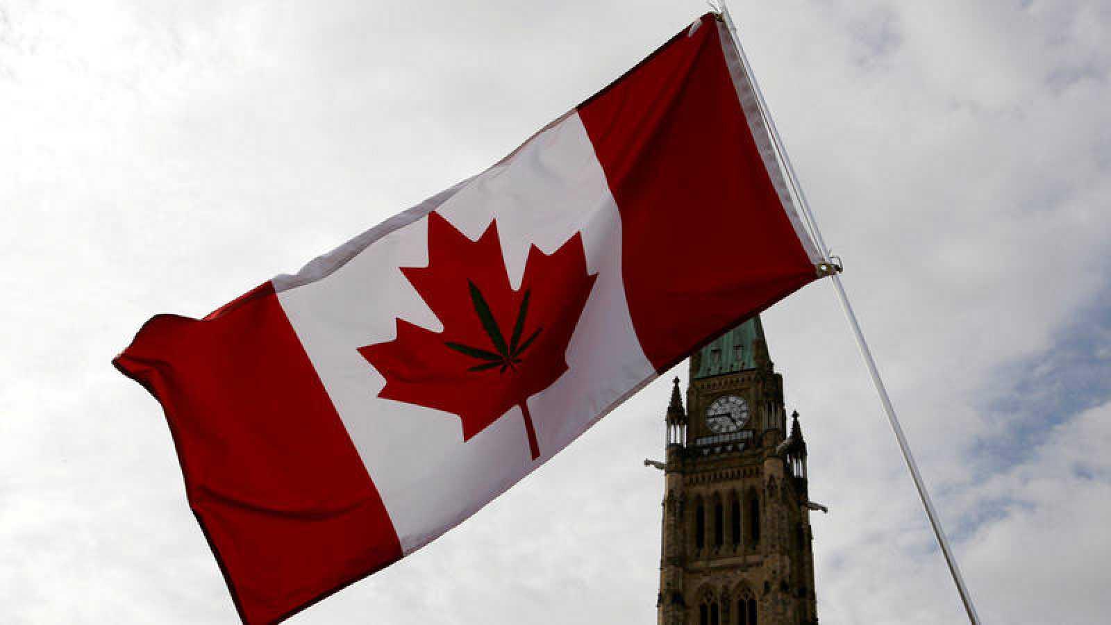 Una bandera de Canadá con la hoja de la marihuana ondea en el Parlamento de Ottawa