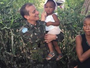 General Ajax brinca com criança haitiana (Foto: Minustah)