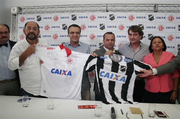 Dirigentes e políticos comemoram assinatura de contrato e exibem novas camisas dos clubes