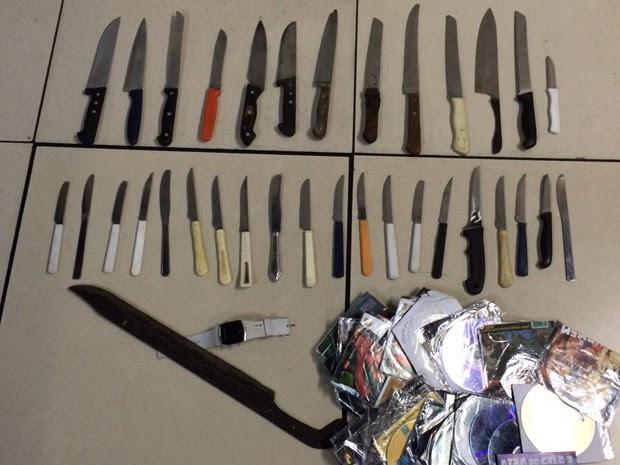 Facas foram apreendidas em operação da Polícia Civil no Rio (Foto: Divulgação/Polícia Civil)