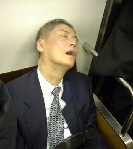 http://disae.files.wordpress.com/2008/12/fotos-de-japoneses-dormindo2.jpg