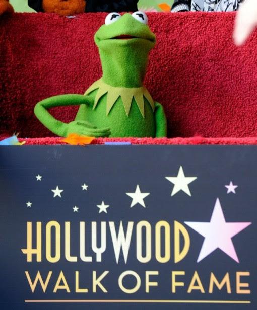 Kermit la Rana che insieme con i Muppets gli altri sono stati premiati con 2.466 ° stella sulla Hollywood Walk of Fame di fronte al El Capitan Theatre il 20 marzo 2012 a Hollywood, California.  (Photo by Frazer Harrison / Getty Images)