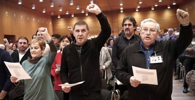 El hasta hoy presidente de la formación Aralar, Patxi Zabaleta (derecha),junto al coordinador general de EH Bildu, Arnaldo Otegi (centro), y la secretaria general del ya exento partido, Rebeka Ubera (izquierda). | VILLAR LÓPEZ (EFE)