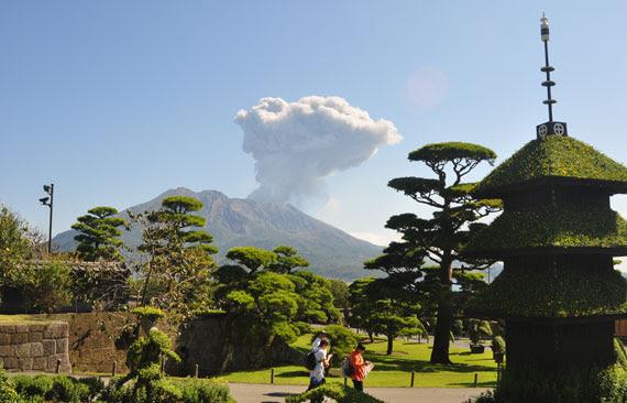 가고시마에 있는 일본의 국가 명승지 선암원에서 바라본 사쿠라지마 화산.