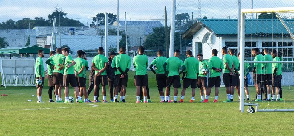 Coritiba treina sem zagueiro Juninho no CT (Foto: Gabriela Ribeiro)