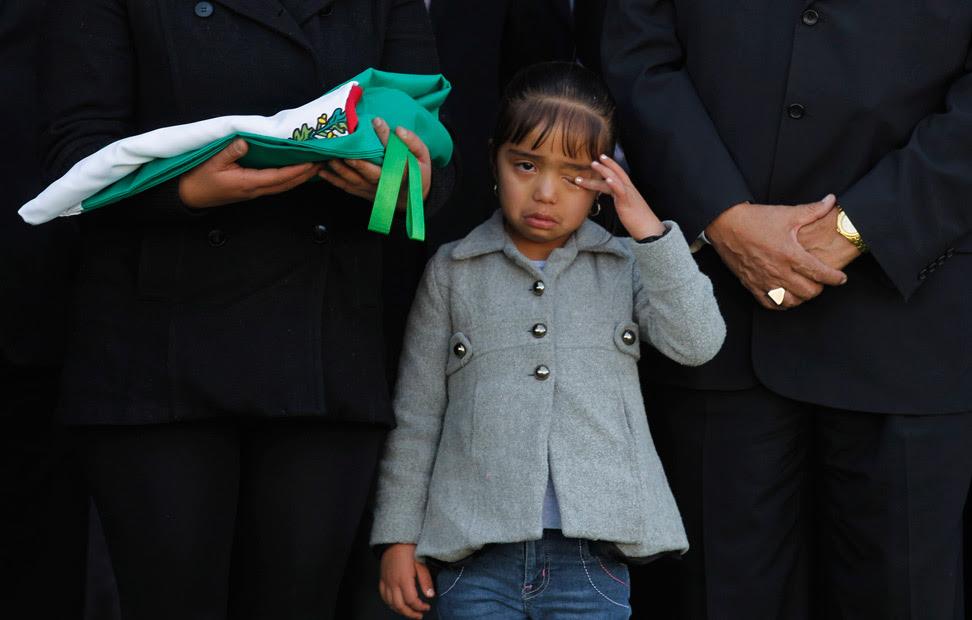 La hija de Eusebio González, un policía asesinado a tiros al intentar retener a un grupo de asaltantes, llora durante un homenaje a su padre, en Ecatepec (México).