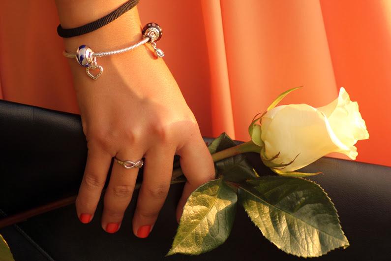 vestido-naranja-heelsandroses-con-complementos-negros-(7)