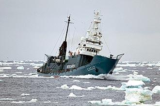 Foto mostra navio japonês cuja pesca a baleias na Antártida foi interceptada por embarcação do grupo ativista Sea Shepherd