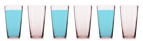 Seis vasos, llenos y vacíos en forma alternada