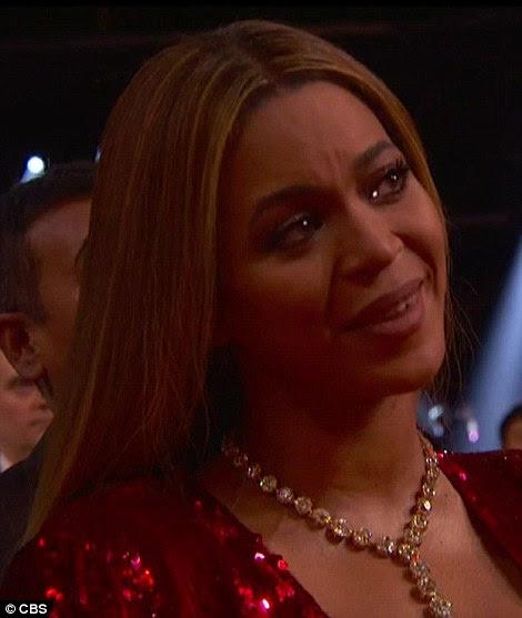 Tocada: Os olhos do atordoamento se encheram de lágrimas enquanto ouvia o discurso do cantor Hello