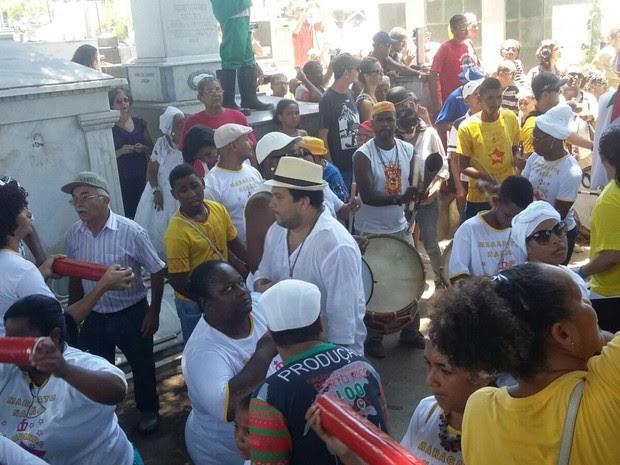 Nações de maracatu prestaram homenagem a Naná durante seu enterro (Foto: Artur Ferraz/G1)