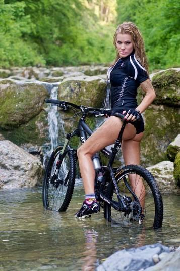 'Eu queria ser o banquinho da bicicleta...'! A famosa música da banda Raimundos é a canção que vai embalar a galeria sobre essas musas do ciclismo! Afinal, quem não gostaria de estar bem 'perto' dessas gatas?!