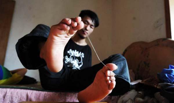 perierga.gr - Φοιτητής χωρίς χέρια δίνει μαθήματα ζωής!