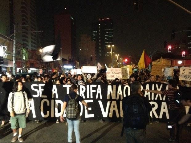 Às 18h40, a manifestação interditava a Avenida Faria Lima nos dois sentidos  (Foto: Julia Basso Viana/G1)