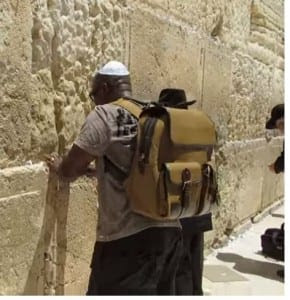 A Pentecostial Christian prays fervently at the Western Wall (Kotel) in Jerusalem (Photo: Video screenshot / YouTube / Zahi Shaked)